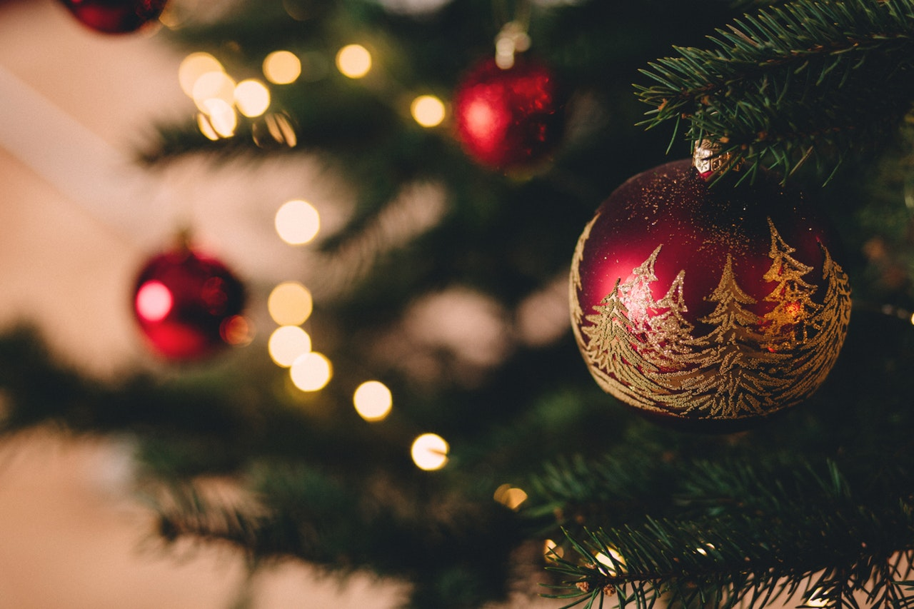 christmas-tree-with-baubles-717988